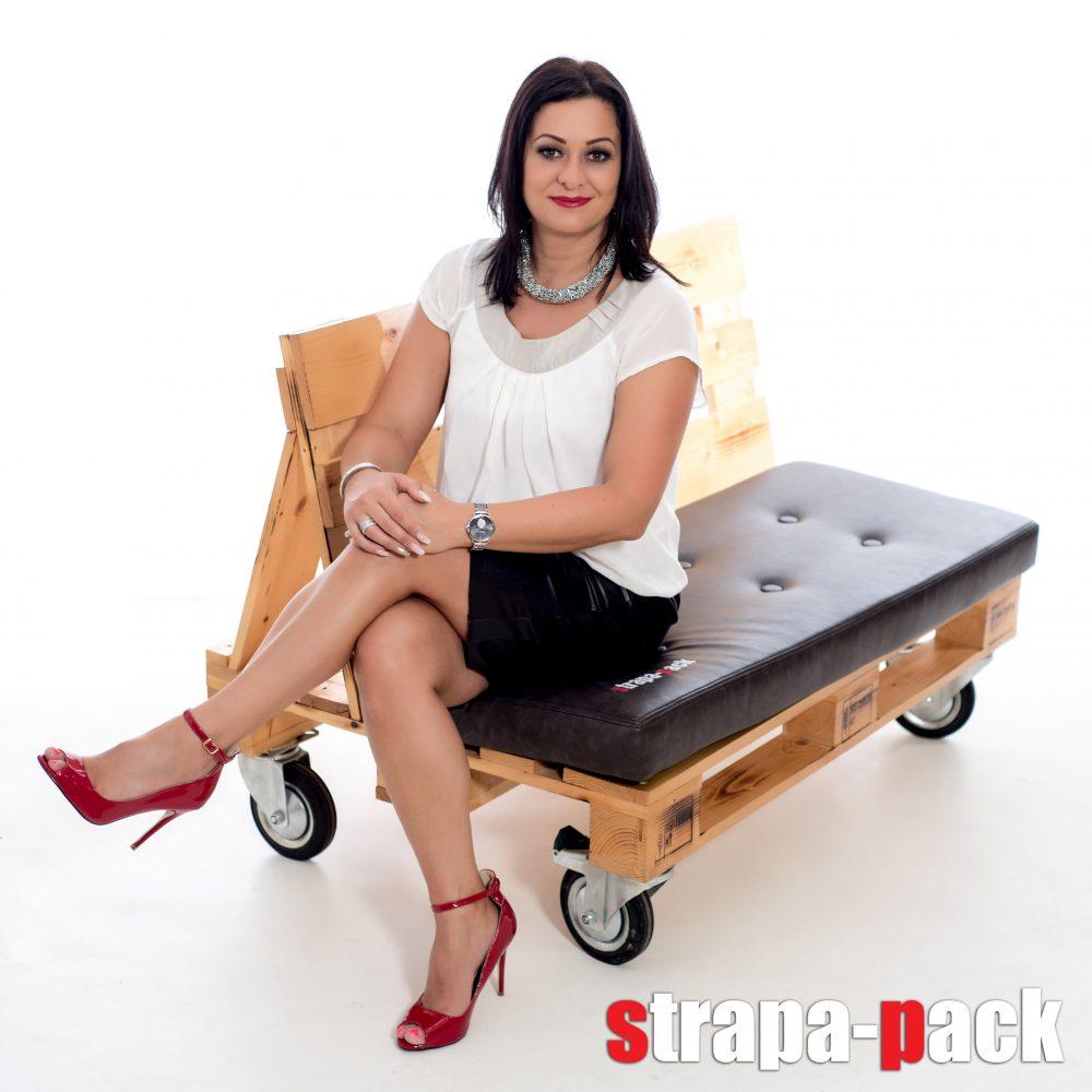 Dobozüzemünk tulajdonosa, Venter Gabi saját tervezésű raklap ülőkéjével.