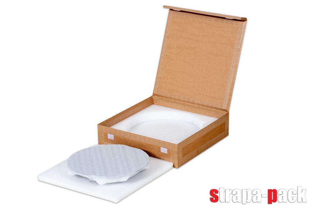 Panyi Zsuzsi üvegtáljának csomagolása kartondobozba, extra béleléssel.